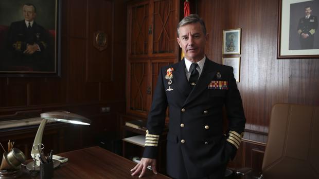 El comandante de la Flotilla de Submarinos, Alejandro Cuerda, en su despacho en el Arsenal de Cartagena