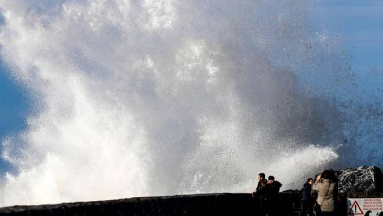 Fallecen dos personas en Deba arrastradas al mar por una ola
