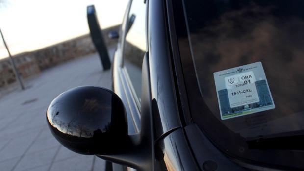 Vehículo aparcado en las inmediaciones de la Puerta del Cambrón