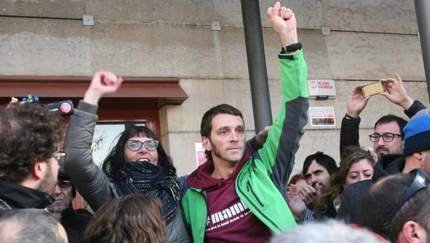 Imagen de Oriol Ciurana, a la derecha, tomada ante los juzgados de Reus