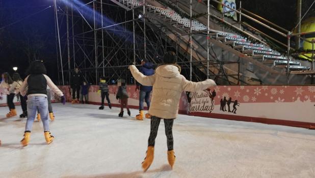 La pista de patinaje del Parque de Berlín, con la rampa para trineos al fondo