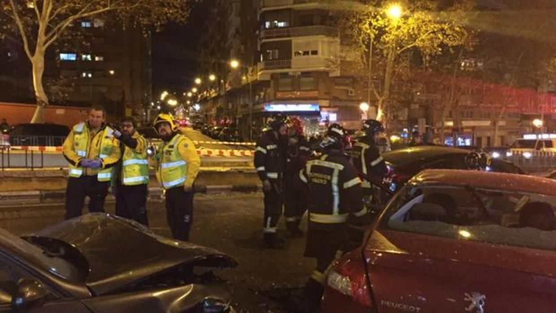 Un coche salta un puente, choca contra otros dos y revienta varios escaparates sin causar heridos en Retiro