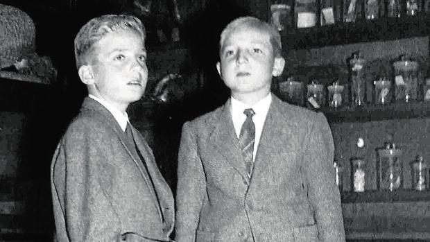 Don Juan Carlos junto a su hermano el Infante Don Alfonso en septiembre de 1950