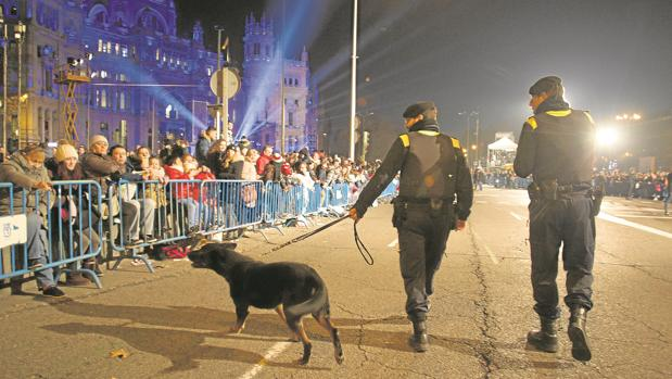 Dos policías municipales rastrean, con un perro especialista, la Cabalgata del año pasado