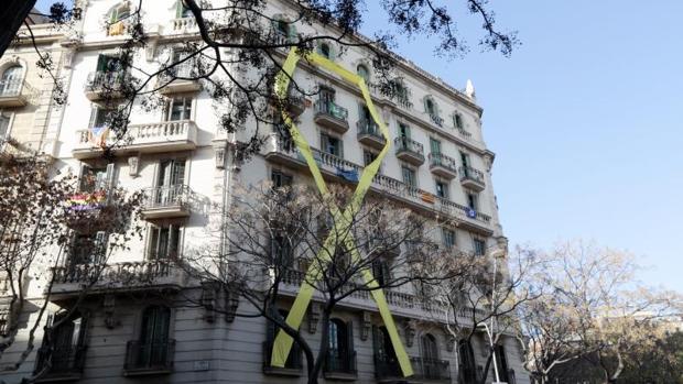 Una fachada del Ensanche de Barcelona, con un lazo amarillo