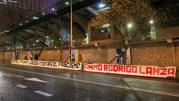 La pancarta en favor de Rodrigo Lanza, ayer en Vallecas