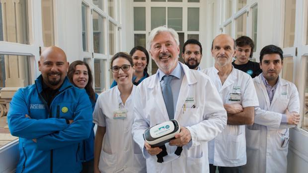 El cirujano Antonio de Lacy (en el centro con el dispositivo) y su equipo