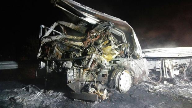Estado en que quedó uno de los camiones calcinados tras la colisión