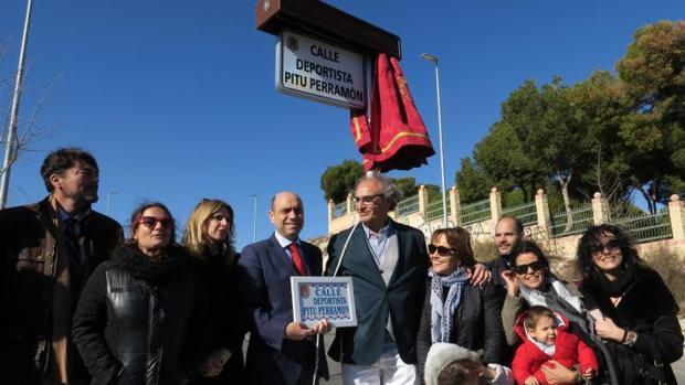 José Perramón junto al alcalde y algunos allegados, durante la inauguración de la placa de la calle