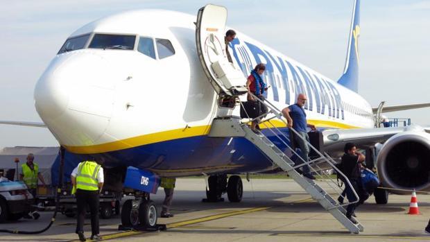 Pasajeros descienden de un avión de Ryanair en el aeropuerto de Alicante