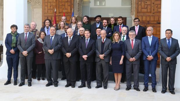 Fotografía de familia de los miembros de la Fundación Toledo