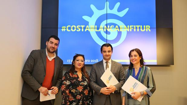 Dolón, con responsables del Patronato de Turismo de la Costa Blanca, en la presentación de la participación en Fitur 2018