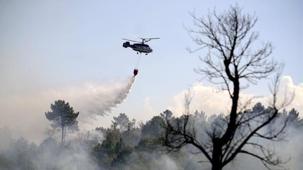 Un helicóptero antiiciendios actuando en un fuego en Larouco, Orense