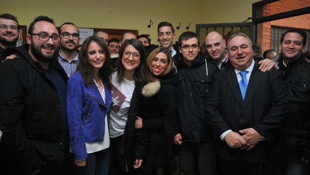 Levy, con chaqueta azul, durante la visita a Torrijos