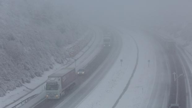 La autovía A-6, cubierta de nieve, a su paso por Ponferrada (León)