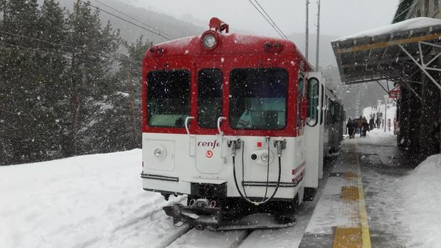 Un tren en la estación del Puerto de Cotos