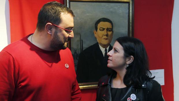 La vicesecretaria general del PSOE, Adriana Lastra y el nuevo secretario general de la Federación Socialista Asturiana (FSA-PSOE), Adrián Barbón.