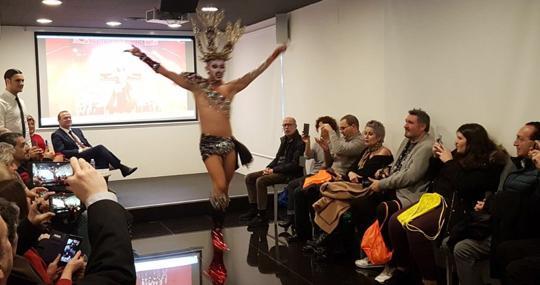 «Drag Sethlas» en un acto paralelo a Fitur, donde promociona el carnaval canario