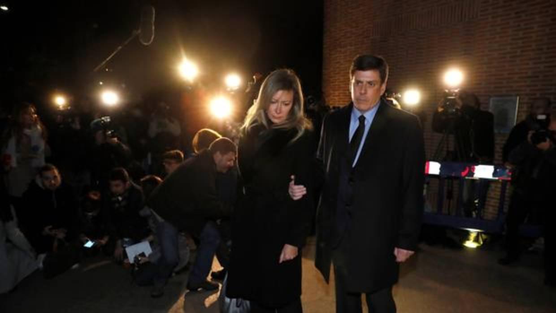 Los alcaldes de A Pobra y Rianxo dan su pésame a la familia en el funeral de Diana Quer