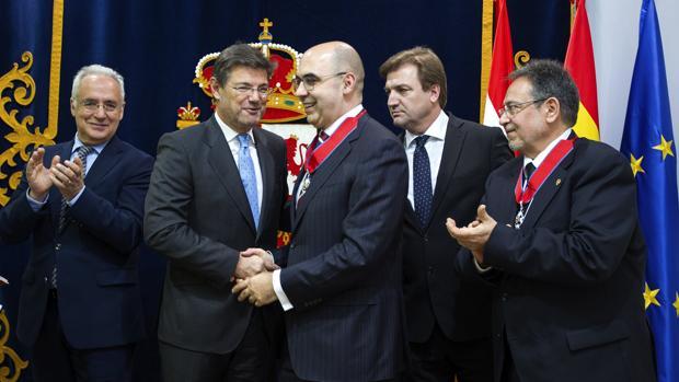 El ministro de Justicia, Rafael Catalá (2i), felicita a José Martín y Pérez de Nanclares (3i)