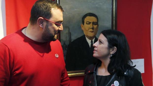 La vicesecretaria general del PSOE, Adriana Lastra (d) y el secretario general de la Federación Socialista Asturiana, Adrián Barbón