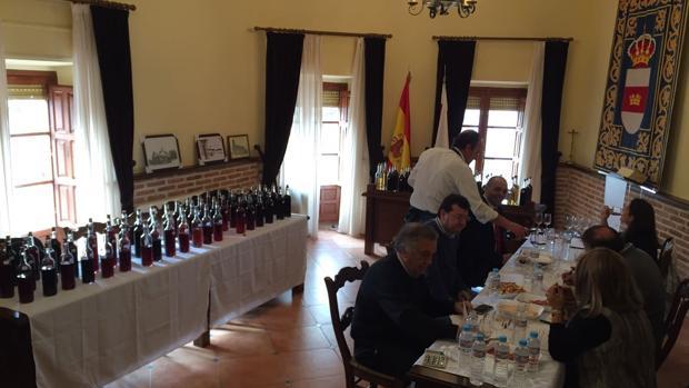 Los miembros del jurado, reunido en el Ayuntamiento de La Calzada, durante la cata del año pasado