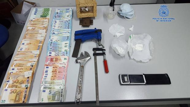 Dinero, material y droga decomisada