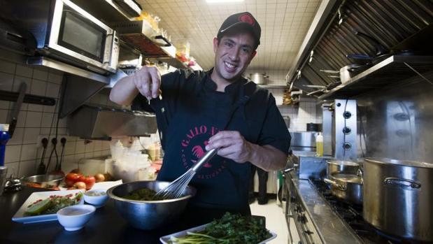El chef Julio Valdez, del restaurante Gallo Negro, imparte este sábado un curso en Cooking Triball