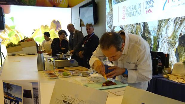 El chef Manuel Alonso durante su demostración gastronómica en Fitur
