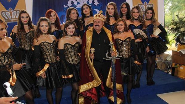 Enrique Michel, empresario de Jalisco famoso por celebraciones de cumpleaños como la de la imagen, es uno de los «doctores honoris causa» de la fundación que había otorgado el título a Manuela Carmena