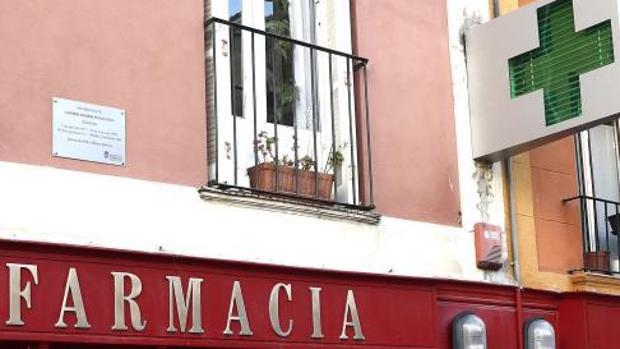 Una de las primeras placas colocadas en Pamplona como homenaje a las víctimas de ETA