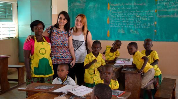 Marta Santiago y Belén Hernández en una escuela de Benín