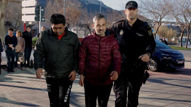 Imagen de Luciano Marziano (c), presidente del Calpe CF, esposado junto a otro de los directivos detenidos por delito de organización criminal y favorecimiento de la inmigración ilegal
