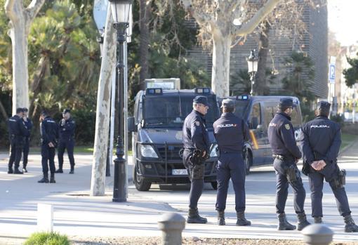 Agentes de la Policía Nacional en las inmediaciones del Parlament