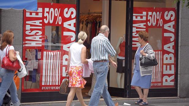 Fotografía de archivo de clientes de compras durante el periodo de rebajas