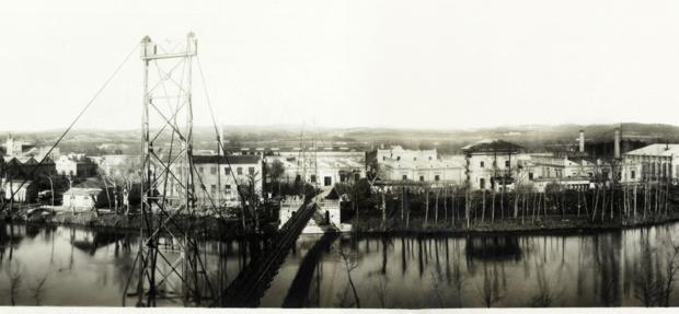 «Fotografía industrial/paisaje panorámico en blanco y negro realizada montando cuatro imágenes capturadas con ópticas angulares de la época»