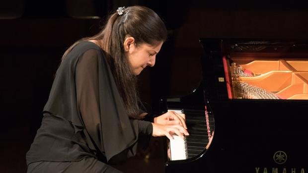 La pianista Fatima Dzusova durant la seua interpretació en la final del Premi Iturbi