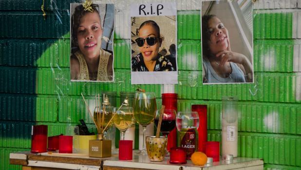 El altar dedicadoa la víctima, la semana pasada, en Villaverde