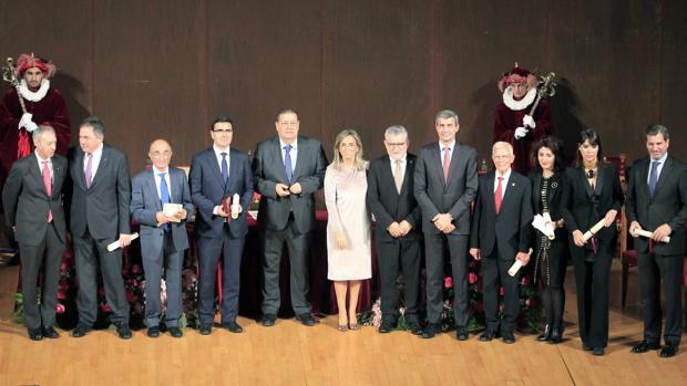 Fotografía de familia de la alcaldesa, autoridades en la mesa presidencial y galardonados