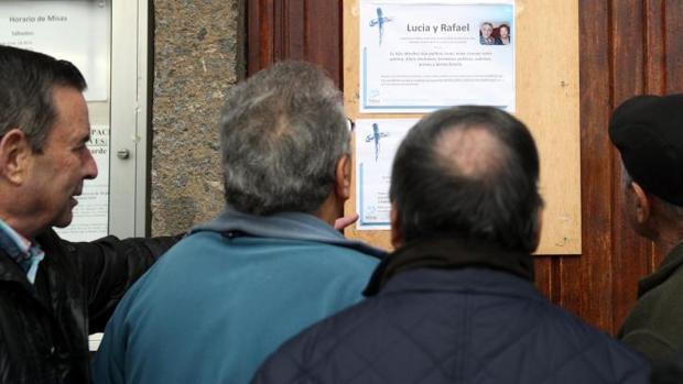 Vecinos de los fallecidos, observan la esquela de los dos ancianos asesinados en Bilbao