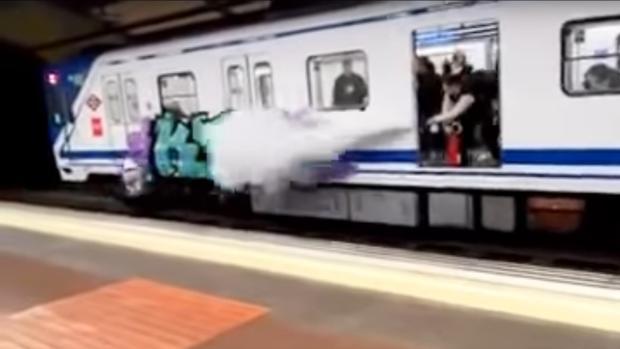 Un maquinista de metro gasea con un extintor a unos - La maquinista metro ...