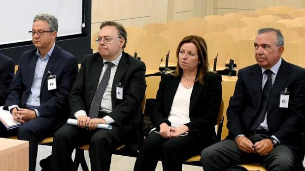 López Abad (derecha) y Amorós, junto a otros dos exdirectivos de la CAM condenados, durante el juicio