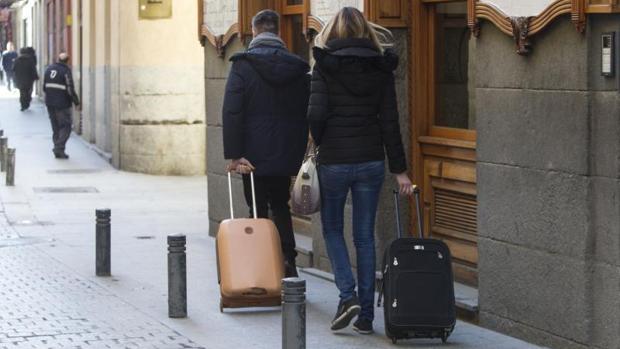 Turistas transportan sus maletas en el barrio de Las Letras