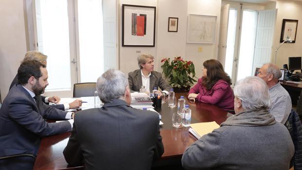 Reunión de trabajo entre los repsonsables de la Comunidad de Madrid y la alcaldesa de Cenicientos