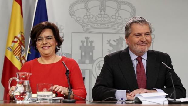 Sáenz de Santamaría y Méndez de Vigo, ayer tras el Consejo de Ministros