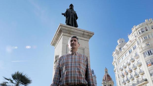 El editor Salva Raga, junto a la estatua de Francesc de Vinatea, uno de los protagonistas de su libro