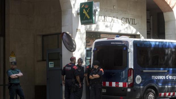 Mossos d'Esquadra custodian la comandancia de la Guardia Civil en Barcelona en julio del pasado año