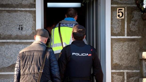 Los investigadores del caso, durante el registro practicado en la vivienda de uno de los acusados, el pasado 21 de enero