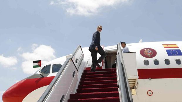 Don Felipe sube la escalera para embarcar en el avión oficial de la Fuerza Aérea Española y emprender regreso desde Jordania
