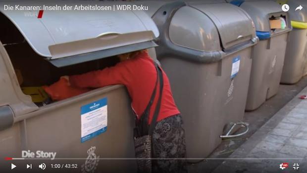 Captura del documental alemán que graba a una mujer rebuscando en un contenedor de basura en Canarias